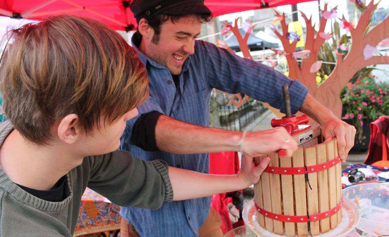 Seasonal Cafe - Apple Pressing Ben